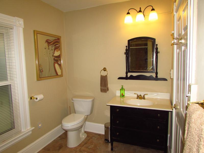 A l'étage salle de bains avec baignoire