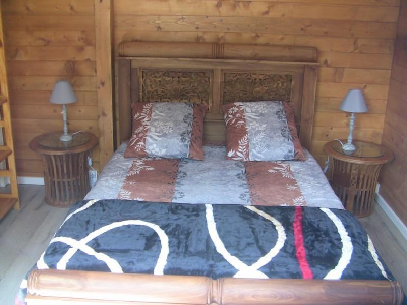 toujours ce lit en teck sculté...