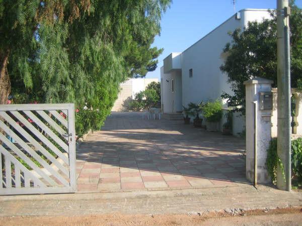 ingresso casa con giardino recintato
