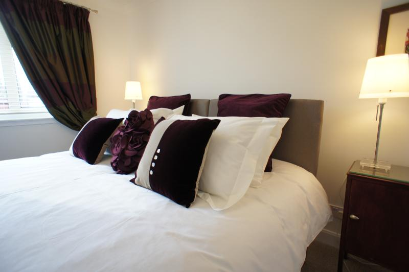 Double bedroom with king-size bed, it has zip and link beds and can be a twin, quality bed linen