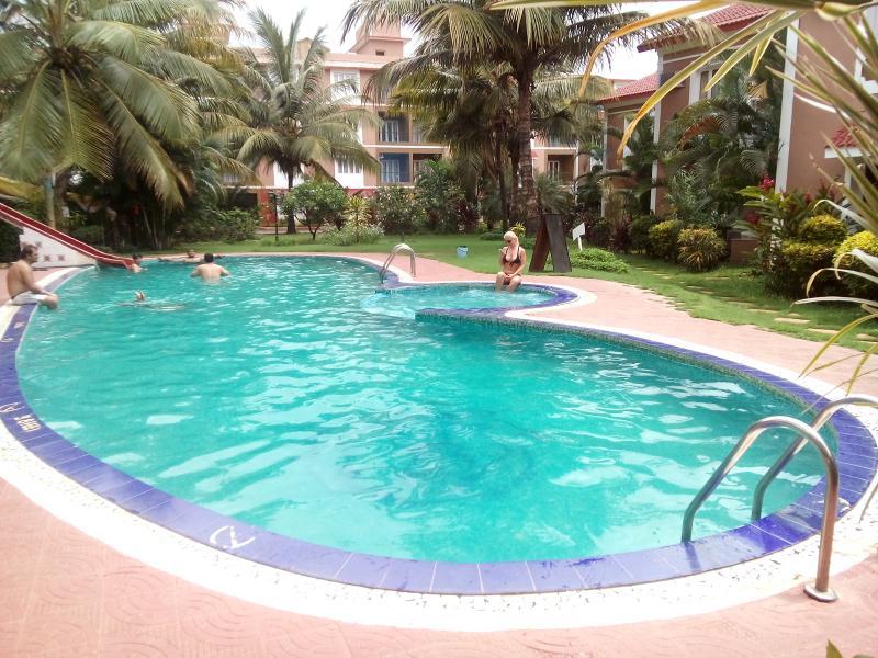 Goa Rentals 1Bhk Fully AC,Kitchen,Pool Facing Candolim, vakantiewoning in Candolim