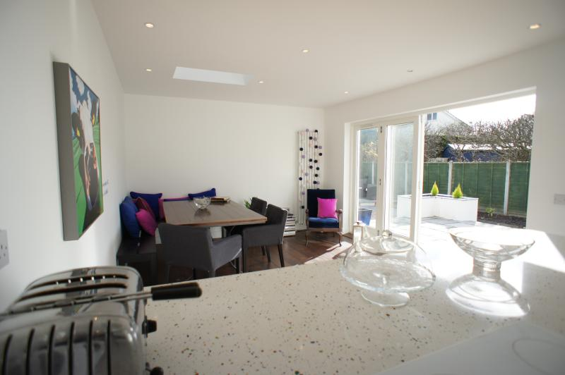 Large sunny kitchen diner, very well equipped with Bosch hob, Neff double oven, dishwasher etc.