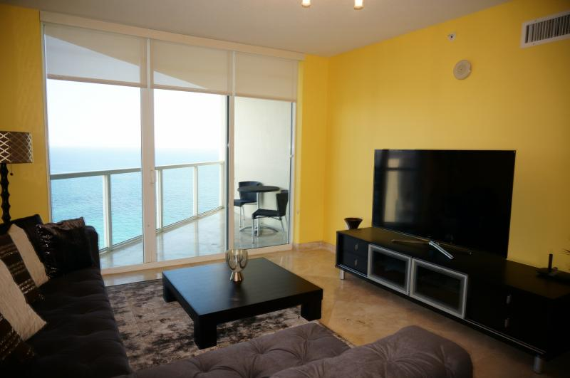 LA PERLA OCEANFRONT ON THE BEACH 3/3 ON THE 30 FL, holiday rental in Sunny Isles Beach