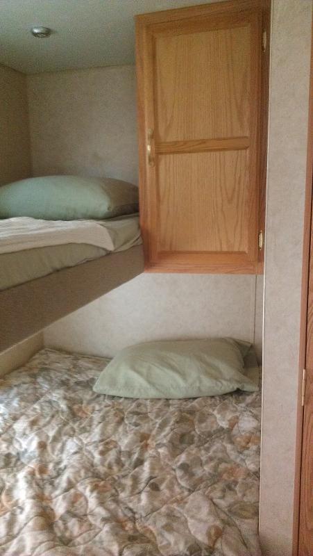 Zwilling über Queen-Bett. Lagerung unter Queen-Bett.