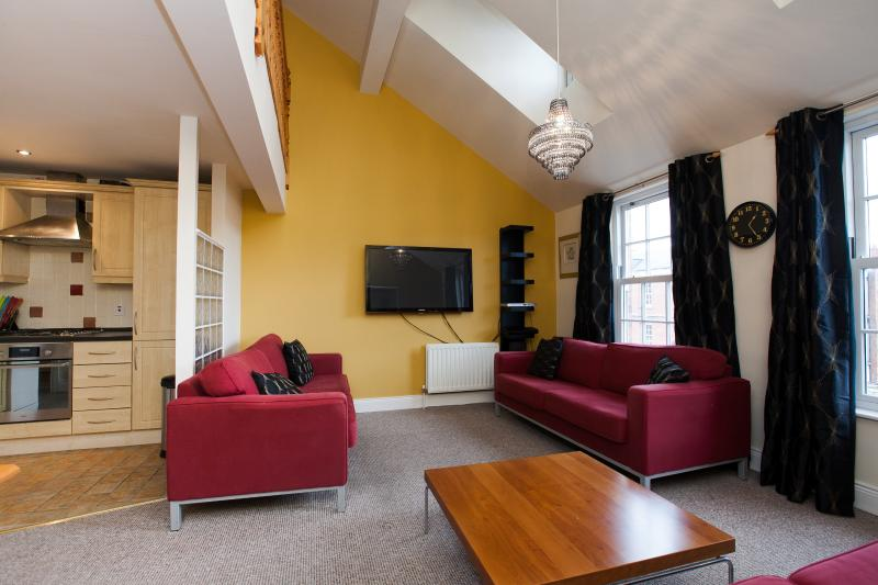 Penthouse University Area with parking (sleeps 8), vacation rental in Belfast