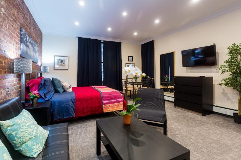 Resumen del estudio con zona de estar y coffeetable en el primero plano - luces de techo ahuecadas