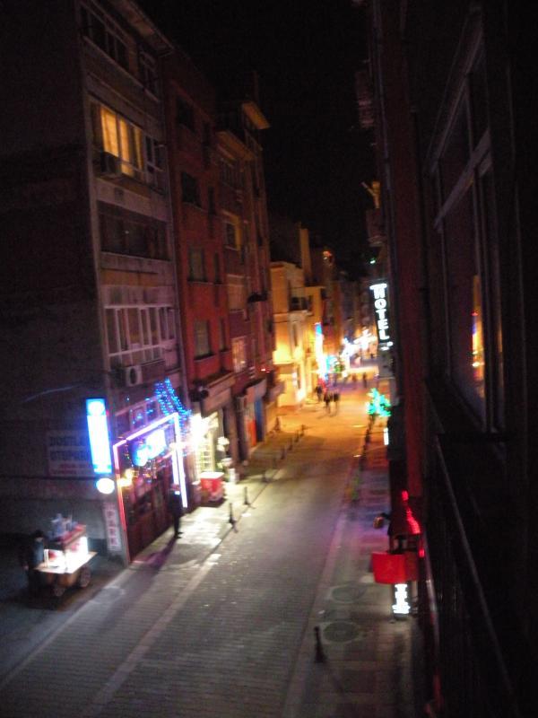 Vista da pequena varanda frontal à noite