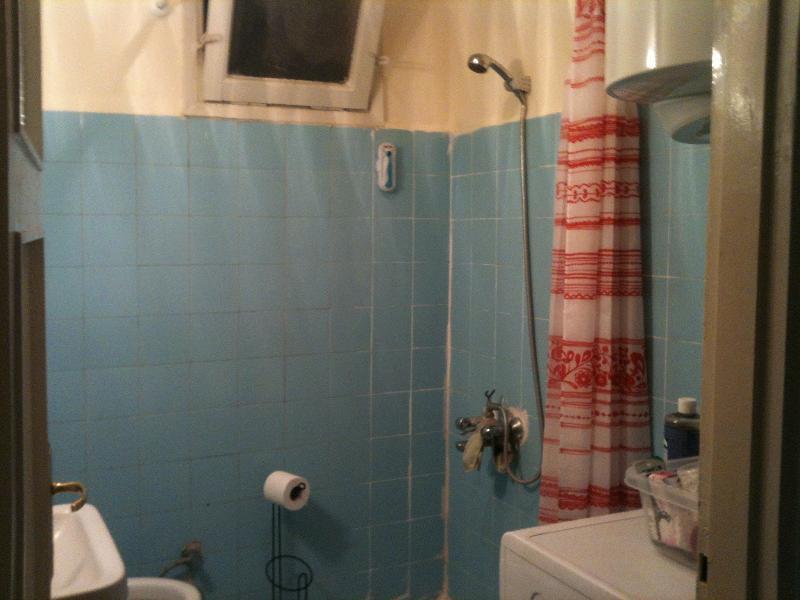 Casa de banho com máquina de lavar roupa