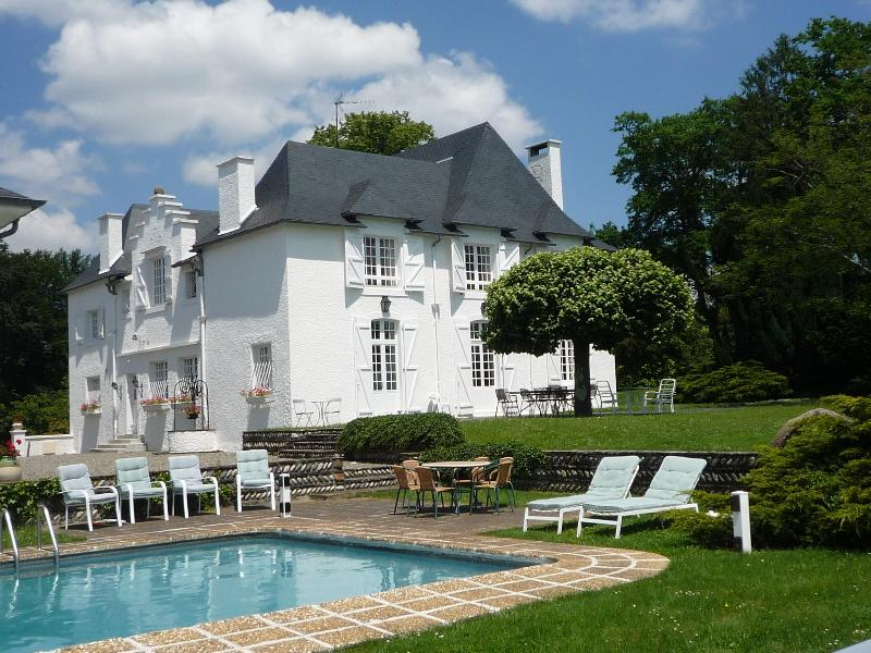 Clos Mirabel Manor House - 7 bedrooms with pool - sleeps 14+ guests Jurancon PAU, vacation rental in Communaute d'Agglomeration Pau-Pyrenees