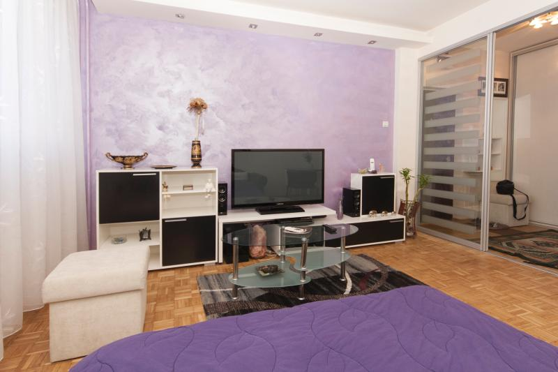 Living and sleeping room separate from the entrance with stylish glass door