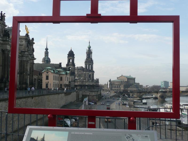 Blick über den Balkon Dresdens (Brühlsche Terrasse) zur Frauenkirche