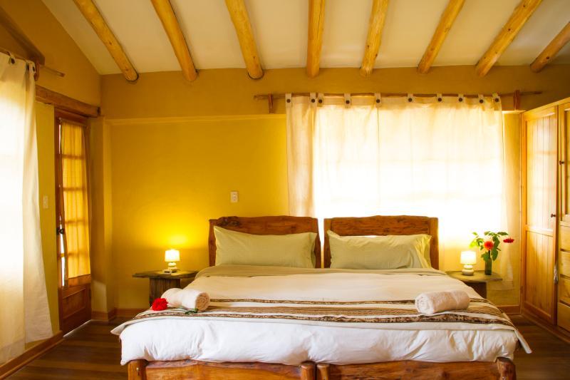 Rey dormitorio con balcón