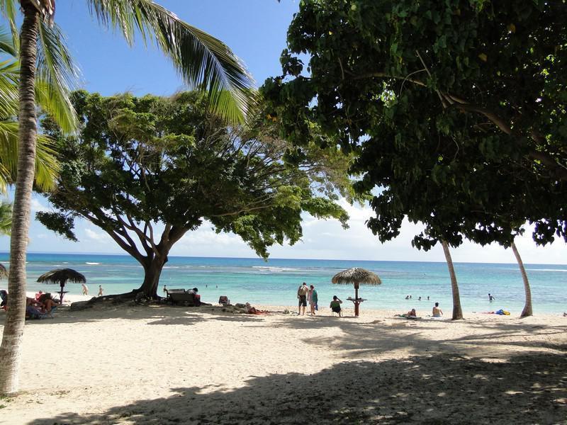 Plage privée de sable fin donnant sur le lagon