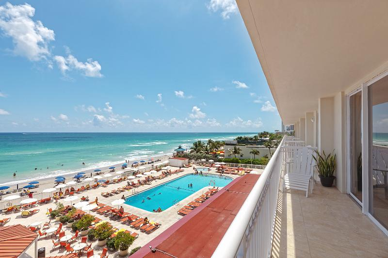 Oceanfront 1/1  With Direct Ocean Views:Sunny Isle, holiday rental in Sunny Isles Beach