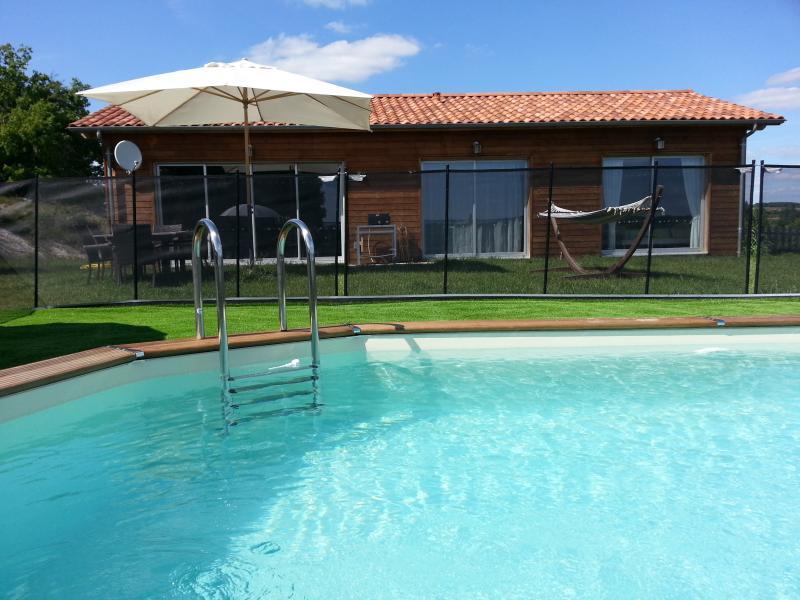 neuf 3ch piscine chauffée privée jacuzzi VILLA LES ROSES NOIRES calme, wifi, holiday rental in Razac-d'Eymet