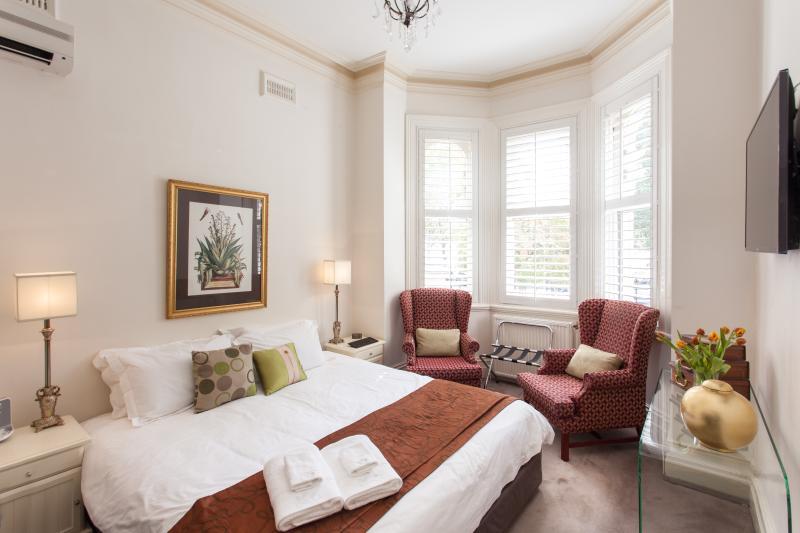 Chambre 1 - maître en bas - King ou 2 lits simples + 1 lit simple supplémentaire