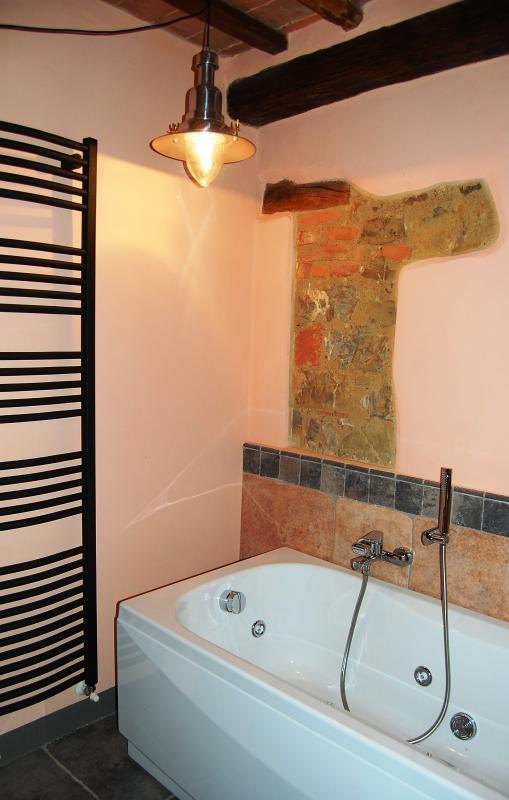 La vasca idromassaggio situata nel secondo bagno della casa