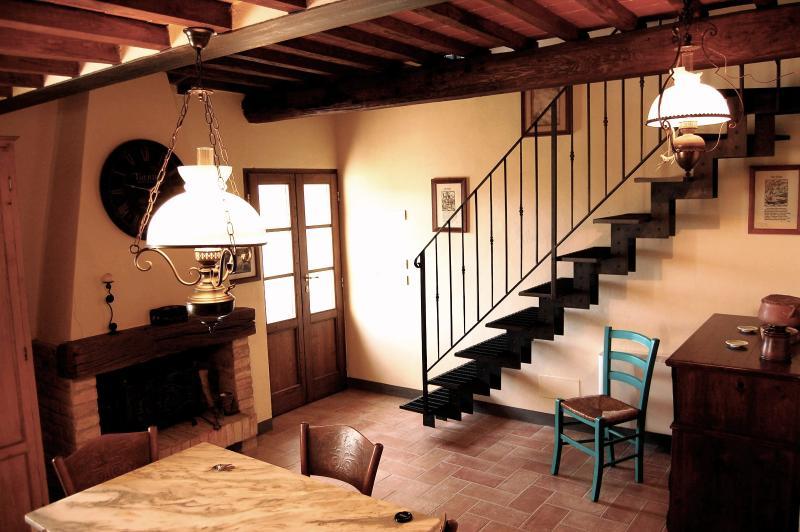 A entrada para '; apartamento ea escadaria que leva até o único quarto no sótão