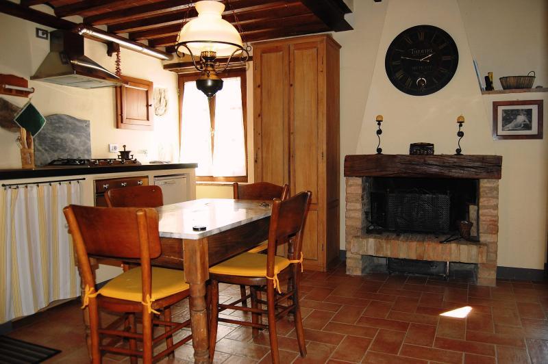 uma lareira e uma parte integrante da cozinha