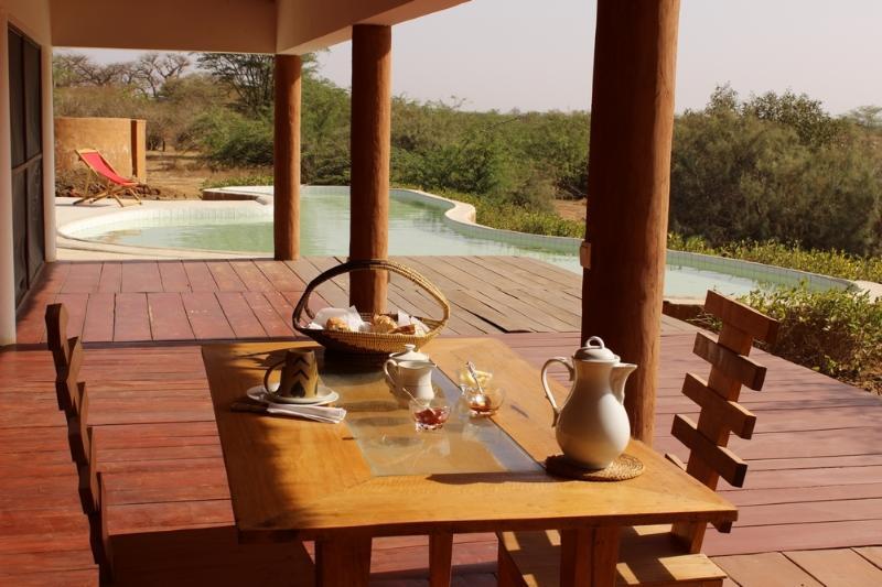 Vos petits déjeuners et repas vous seront servis au bord de la piscine au Lounge Restaurant