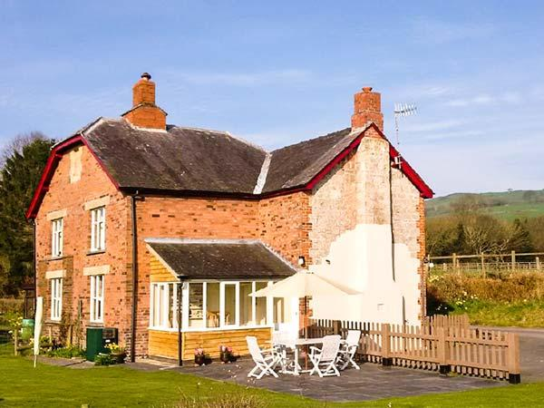 2 SILURIA COTTAGE, family friendly, character holiday cottage, with a garden in, holiday rental in Kington