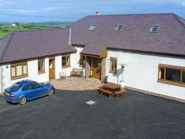 FFERRAM Y LLYN, detached cottage, woodburning stove, en-suite, enclosed garden, holiday rental in Llanerchymedd
