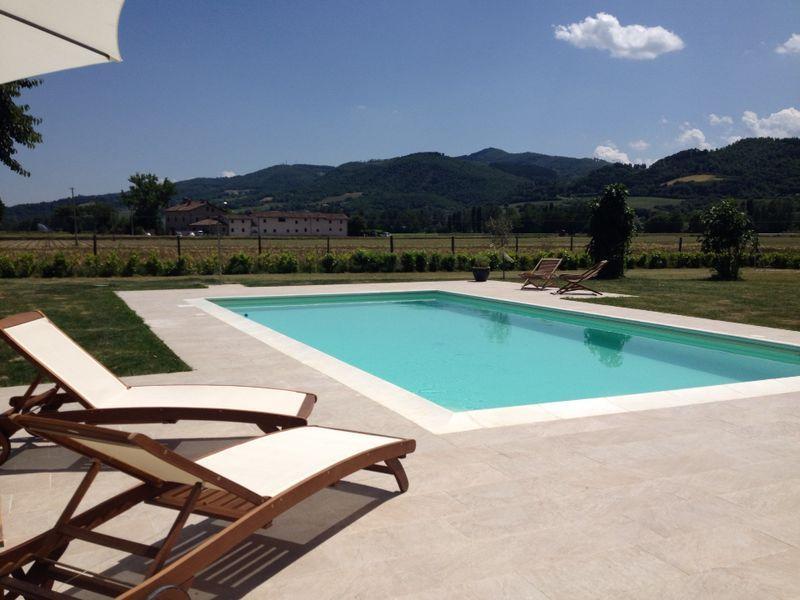 Relájese y disfrute del sol italiano junto a la piscina