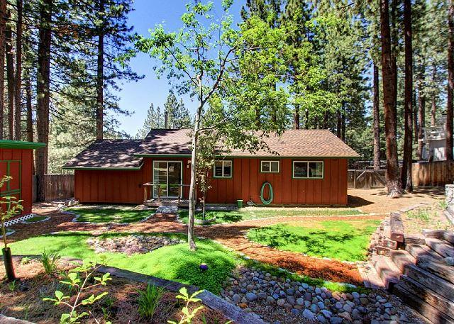 Cute Alpine Cottage w/ Hot Tub - 5 Minutes to Heavenly Village, vacation rental in South Lake Tahoe