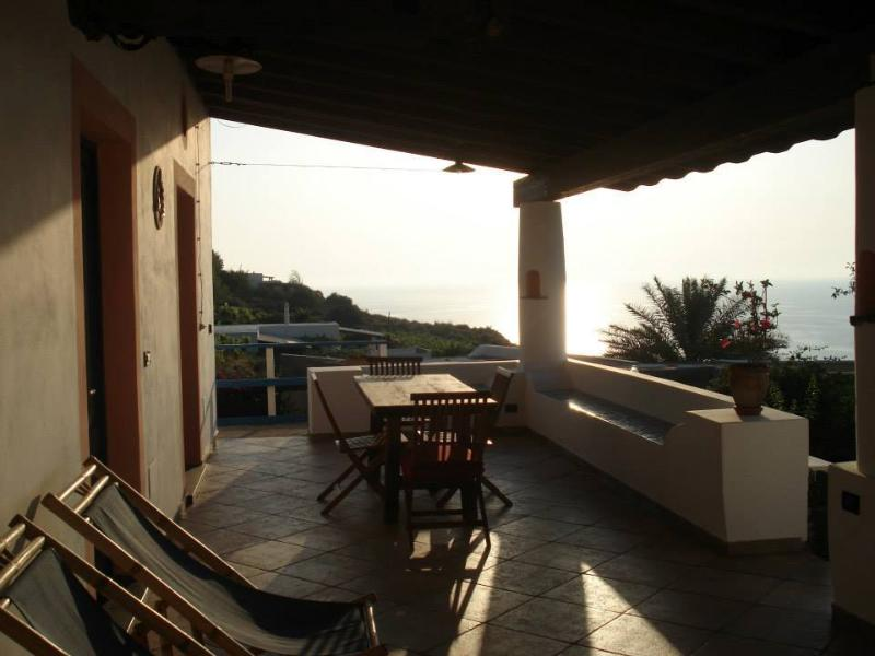 Holiday House for family.6 beds. Fantastic House surrounded by greenery Lovely sunsets