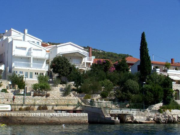 Villa Mediterraneo large apartment  by the sea, holiday rental in Komarna