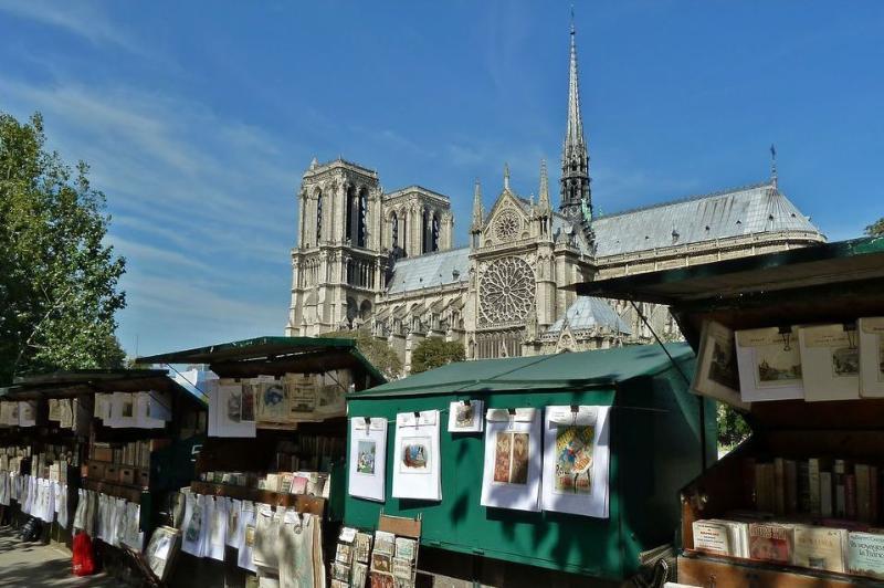 Notre-Dame de la acera en la entrada principal del edificio