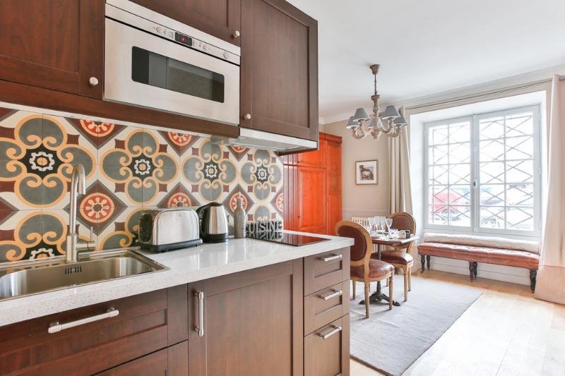 Cocina y apartamento desde la puerta de entrada