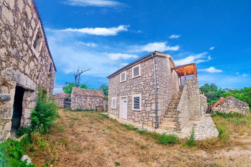 Mer Maison en pierre depuis l'allée