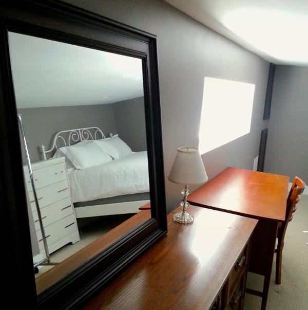 Cada habitación tiene un escritorio y un espejo