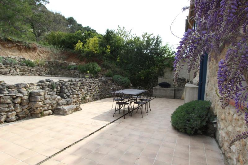 terraza con barbacoa y campo de petanca o terraza con parrilla y petanca el campo de gas