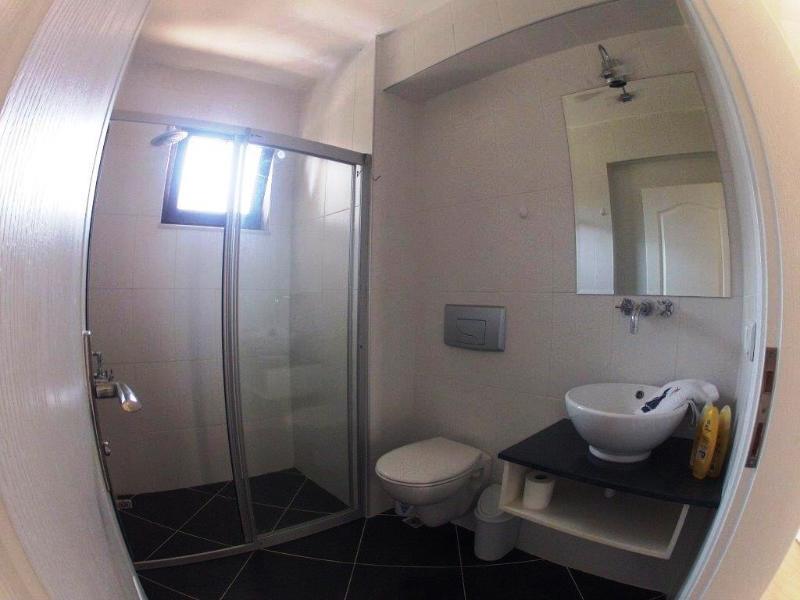 Una de las salas de duchas