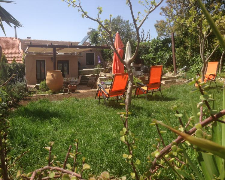 Garden with grass and sunchairs
