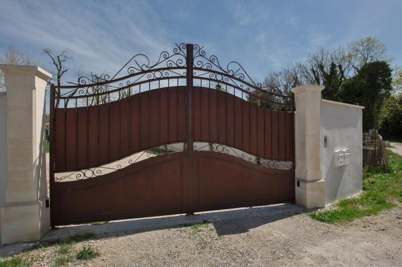 Gate in forged iron with visiophony to keep the house secured. Wide parking.