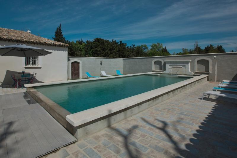 Heated swimming pool in sunny Provence. The pool is available and heated from April to October.