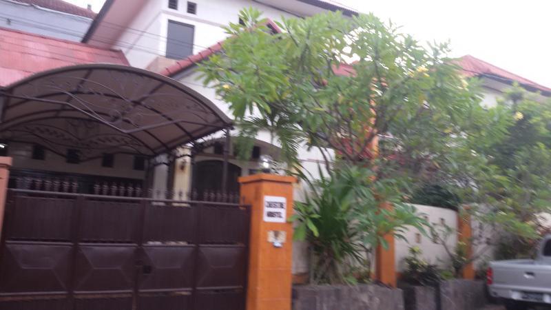 Exterior. Al frente de la casa.