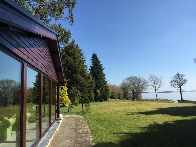 Stunning Lakeside property in Connemara, vacation rental in Oughterard
