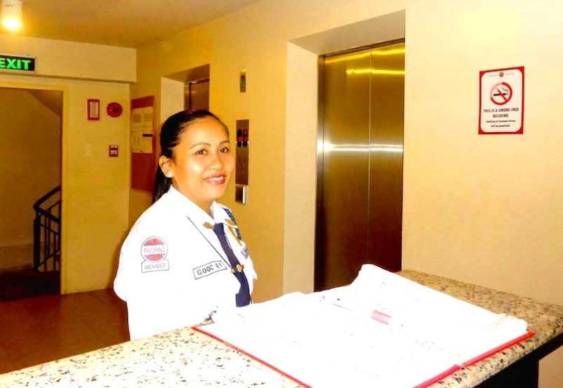 Protector de recepción servicial y amable