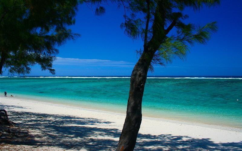 Les plages de sables blancs de SAINT PAUL pour des baignades en toute sécurité dans le lagon