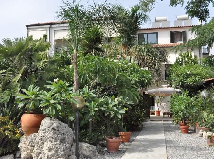 Villa CALIDEA e vista del giardino