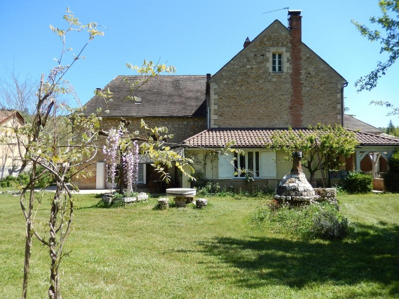 FABRIQUE DE PIERRES - SPACIOUS VILLAGE HOUSE WITH COVERED HEATED POOL AND GARDEN, vacation rental in Grolejac
