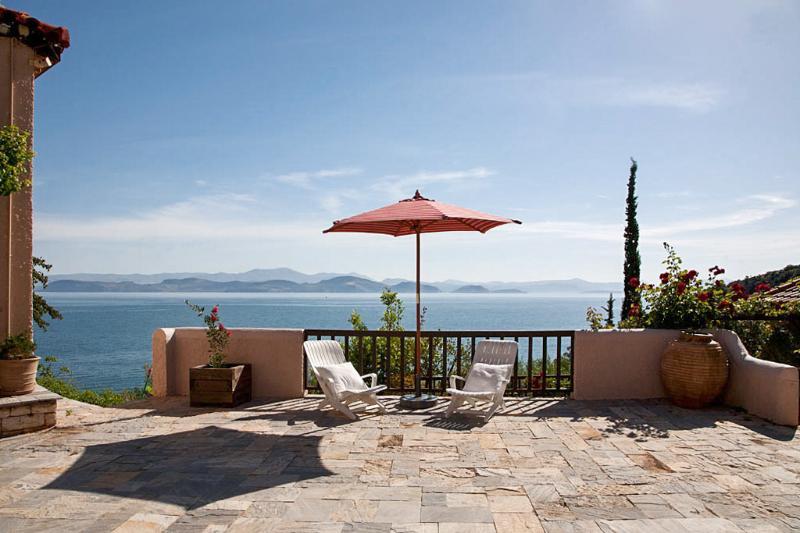 Big villa with sea view & terrace, vacation rental in Paralio Astros
