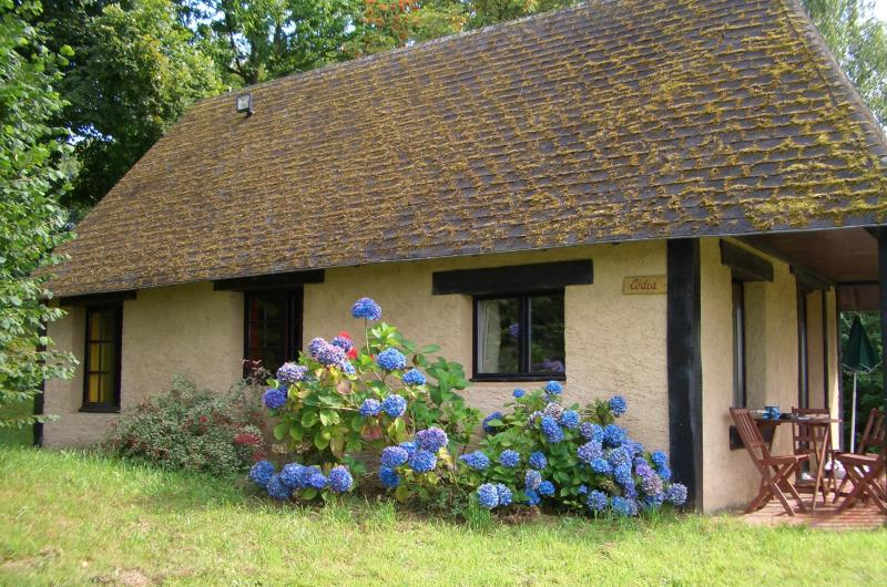'Cedia' - gite / cottage at Bellefontaine, near to Mortain in Normandy., location de vacances à Les Cresnays