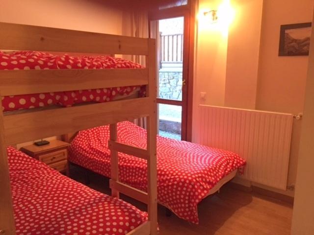3 - Etagenbetten und einem Einzelbett - Schlafzimmer mit eingebauten Doppelbett Kleiderschrank