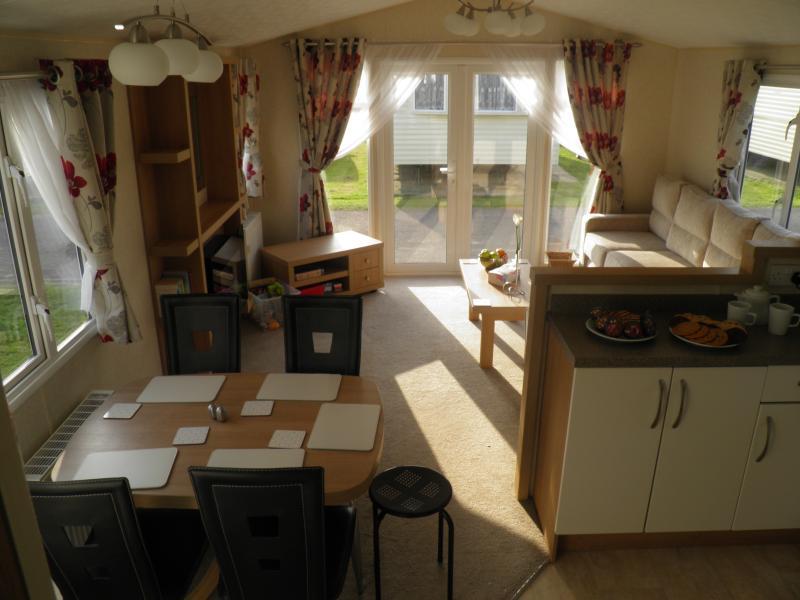 Matsal och vardagsrum med dubbel veranda dörrar