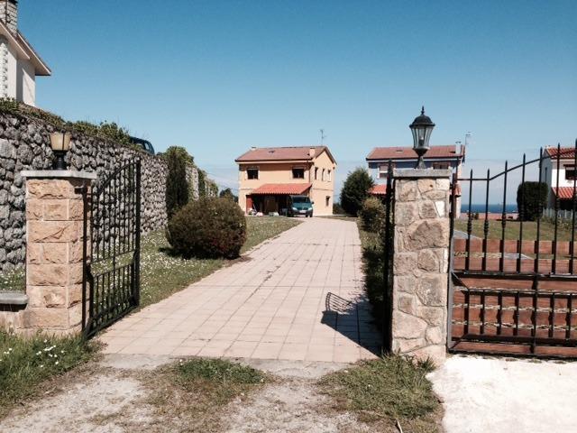 Entrata principale della casa e giardino anteriore